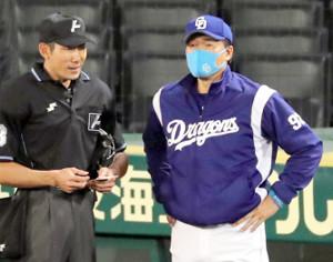 7回、交代を告げる与田剛監督