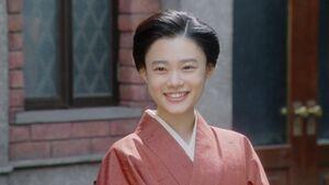 岡福・表にて。微笑む千代(杉咲花)(C)NHK