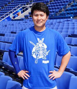 6月1日からのソフトバンク戦で行われる「オンラインハマスタ」のチケットともに販売される戦国Tシャツを着用したDeNA・佐野(球団提供)