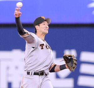 2回1死三塁、嶺井博希のニゴロを好捕し本塁に送球する若林晃弘