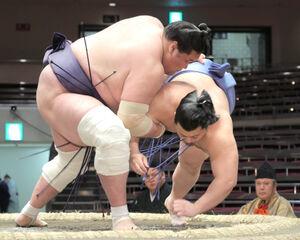 翔猿(右)を上手投げで下す照ノ富士(カメラ・宮崎 亮太)