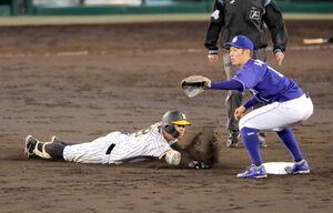 4回無死一塁、佐藤輝明は右越え二塁打を放ちヘッドスライディング(右は京田陽太=カメラ・義村 治子)