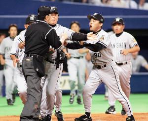 2005年9月7日の中日-阪神戦で主審に詰め寄る阪神・岡田監督(右から2人目)