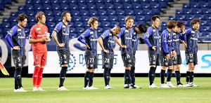 広島に敗れ、肩を落とすG大阪の選手たち