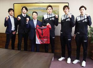 記念撮影する(左から)降旗GM、池田社長、西川旭川市長、古田、越川、戸田