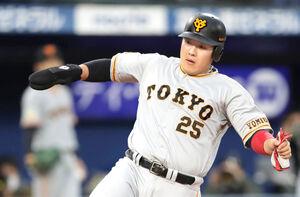 1回2死一、二塁、吉川尚輝の右前適時打で生還する二塁走者の岡本和真も右手にガード手袋を装着した
