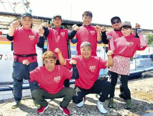 3150フィッシングクラブのメンバー(前列左から)純栄丸船長・福田さん、亀田会長、ちゃこちゃん、(後列左から)長野さん、向井さん、岡田さん、純栄丸助手・青木さん