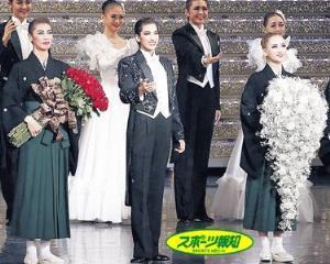 無観客上演の後に、カメラ越しにあいさつした柚香光(中)、華優希(右)、瀬戸かずや(左)(宝塚歌劇団提供)