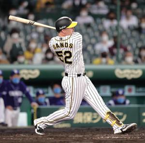 8回2死、左中間へ勝ち越しのソロ本塁打を放つサンズ