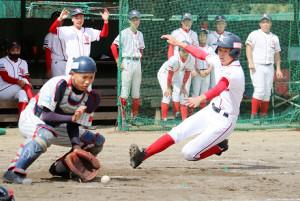 2回、相手ミスをつき二塁から一気に生還する奈良葛城・松岡