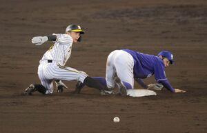 7回2死一塁、代走・熊谷敬宥は、近本光司の打席で二塁への盗塁を決める(カメラ・義村 治子)