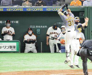 4回1死、同点ソロ本塁打を放ち歓喜するマルテ(右から2人目)に目を向けず厳しい表情の原辰徳監督(中央)(カメラ・山崎 賢人)
