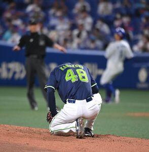 3回1死一塁、京田陽太(後方右)の打球を受け、マウンドにしゃがみ込む金久保優斗