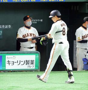 1回1死二塁、空振り三振に倒れた丸佳浩(右)と厳しい表情を浮かべる原辰徳監督