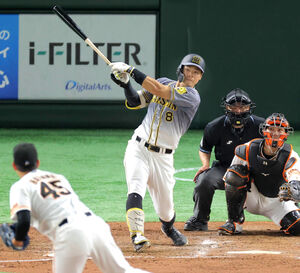 4回1死、佐藤輝明が中越え二塁打を放つ