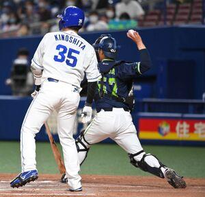 7回1死一塁、打者・木下拓哉(左)の時にけん制で一塁走者の高橋周平を刺した古賀優大(右)(カメラ・二川 雅年)