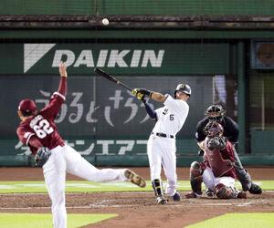 4回1死一、二塁、この日3安打目となる右前安打を放つ宗佑磨(投手・西口直人、捕手・太田光)(カメラ・渡辺 了文)