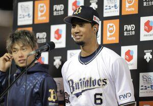 ヒーローインタビューに応じる宗佑磨(左は山岡泰輔=カメラ・義村 治子)