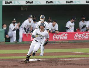 1回無死二塁、宗佑磨が右線に先制となる適時二塁打を放つ(カメラ・渡辺 了文)
