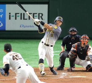 4回1死、佐藤輝明が中越え二塁打(投手・畠世周、捕手・大城卓三)(カメラ・相川 和寛)