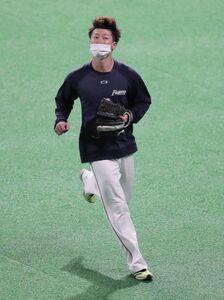 試合前練習に合流し、外野で守備練習をする西川遥輝(カメラ・関口 俊明)