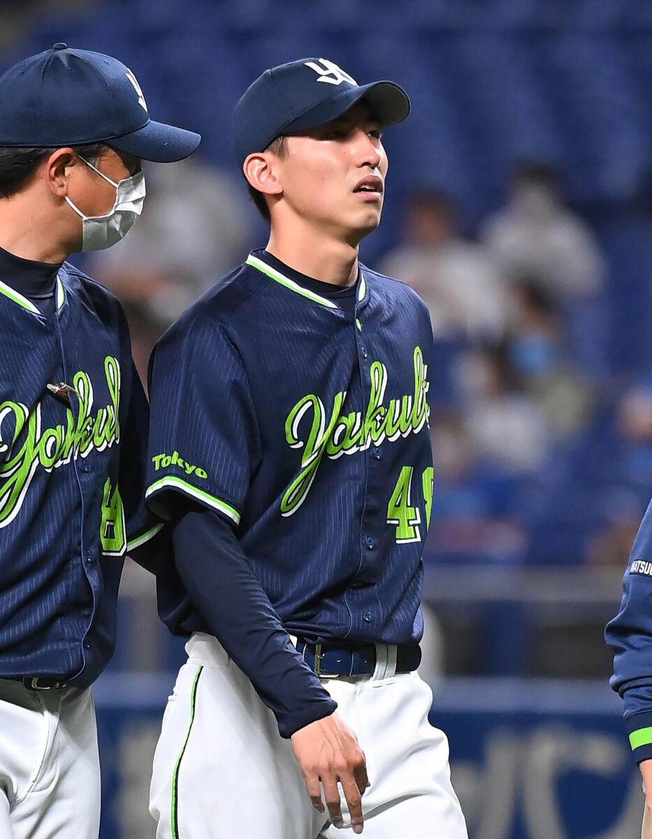 京田の打球を受け、ベンチに戻る金久保優斗(右)。そのまま降板となった