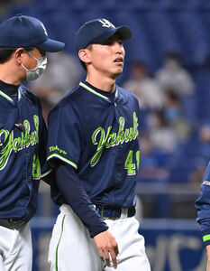 14日の試合の3回1死一塁、京田の打球を受け、ベンチに戻る金久保優斗(右)
