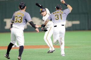 1回2死一、三塁、打者・ジャスティン・スモークの時、ホームスチールのアシストした一塁走者の丸佳浩