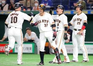 逆転3ラン本塁打を放ったスモーク(左)を迎える(右から)岡本和真、丸佳浩、若林晃弘
