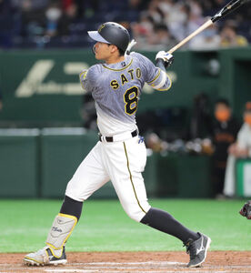 3回1死一、二塁、2点適時二塁打を放った佐藤輝明