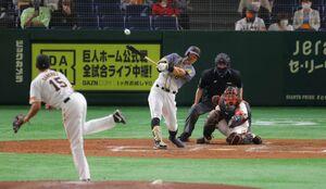 3回1死一、二塁、右中間へ逆転となる適時二塁打を放つ佐藤輝明(投手・サンチェス、捕手・炭谷銀仁朗)(カメラ・竜田 卓)