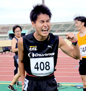 男子シニア1500メートルを終え、「現状打破!」と拳を握ったものまねアスリート芸人のM高史