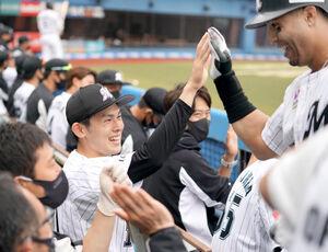 1回無死、本塁打のマーティンを迎える佐々木朗希(左)