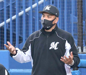 試合終了の直後、ベンチで抗議する井口資仁監督