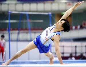 東京五輪の団体代表に決まった萱和磨の床運動(代表撮影)