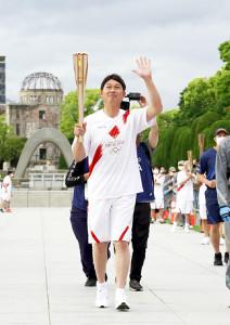 聖火ランナーを務めた新井貴浩氏(代表撮影)