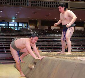 押し出しで田口に敗れた勝南桜(左)ワースト95連敗(カメラ・竜田 卓)