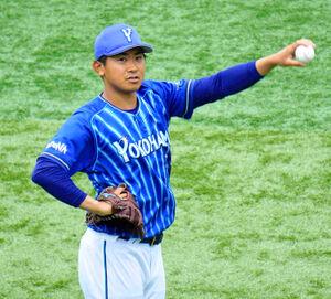 横浜スタジアムでの1軍先発投手練習に参加し、キャッチボールをするDeNA・今永昇太