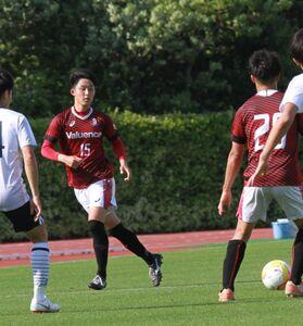 15日の駒大戦で関東1部リーグデビューした早大DF中谷(左)