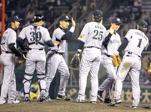 08年4月2日、阪神は開幕5連勝を決め、笑顔でハイタッチする(左から)藤川、矢野、金本、新井、フォード、鳥谷
