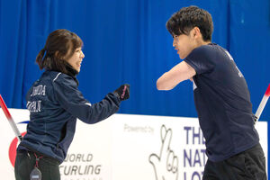 混合ダブルス世界選手権でエストニアに挑んだ吉田夕梨花(左)と松村雄太(提供:世界カーリング連盟)