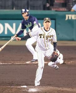 5回1死三塁、山田哲人(左)に中前適時打を打たれた西勇輝
