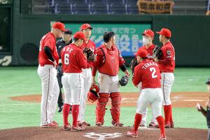 5回、マウンドに集まる大瀬良大地(左から3人目)ら広島ナイン
