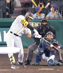 5回1死、メル・ロハス・ジュニアが中堅へソロ本塁打を放つ(捕手・中村悠平)