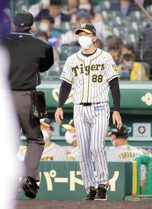 5回を終え、投手交代を告げる矢野燿大監督