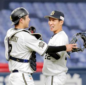 プロ初セーブを挙げた村西良太は、若月健矢(左)と笑顔でタッチ