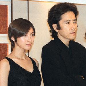 ドラマの発表会見に参加した広末涼子と田村正和さん