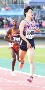 男子1500メートルでキンヤンジュイ(後方)を逆転し優勝した菅原