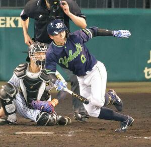 9回2死一、二塁、並木秀尊が左翼へプロ初安打となる2点適時二塁打を放つ