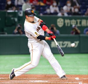4回2死、右中間に先制のソロ本塁打を放つ岡本和真(カメラ・中島 傑)